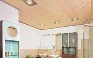 Деревянный потолок в интерьере ванной комнаты