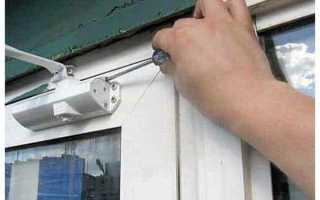 Как ослабить пружину доводчика двери?